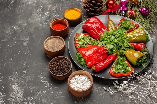 Side close-up weergave plaat van paprika paprika met kruiden kleurrijke kruiden kegels
