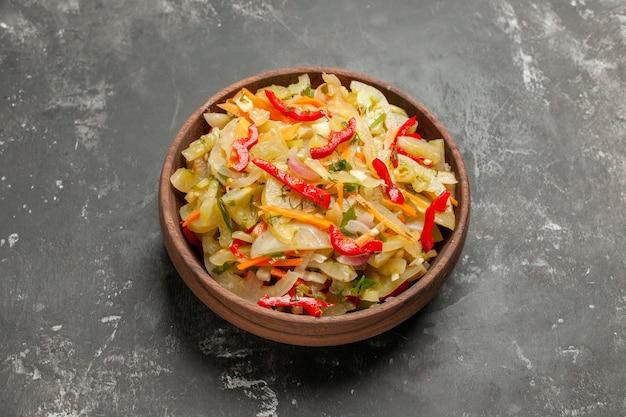 Side close-up weergave slakom van plantaardige salade op tafel