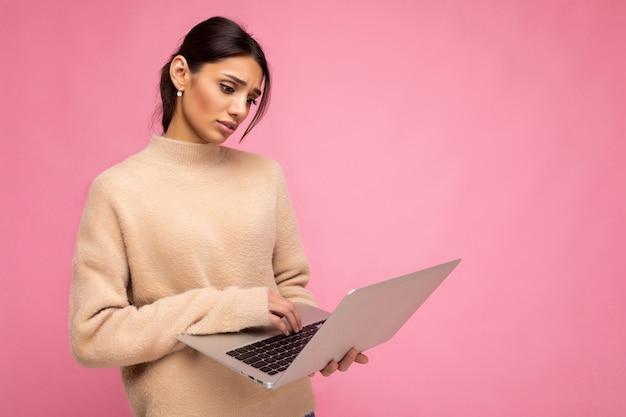 Side profielfoto van charmante vrij droevige jonge dame met laptop