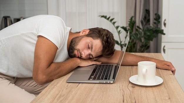 Sideview volwassen mannetje moe na te veel werken