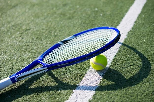 Sideways tennisracket op de bal
