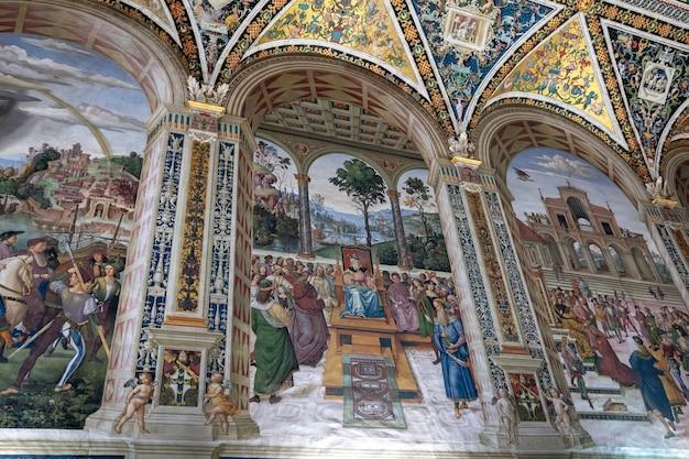 Siena, italië - 28 juni, 2018: panoramisch uitzicht op het interieur van de kathedraal van siena (duomo di siena) is een middeleeuwse kerk in siena, gewijd vanaf de vroegste dagen als een rooms-katholieke mariakerk