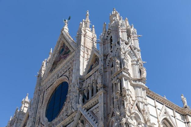 Siena, italië - 28 juni, 2018: panoramische gevel van de kathedraal van siena (duomo di siena) is een middeleeuwse kerk in siena, gewijd vanaf de vroegste dagen als een rooms-katholieke mariakerk