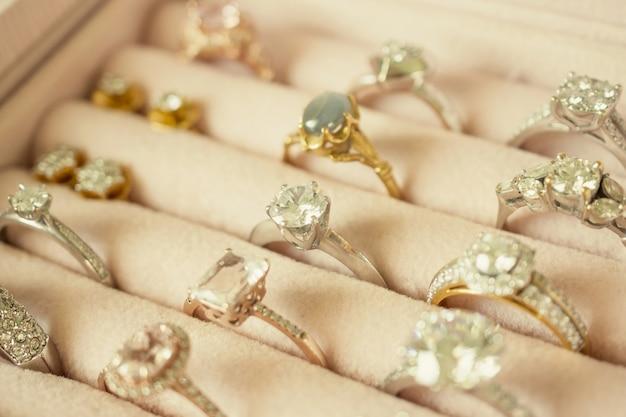 Sieraden diamanten ringen en oorbellen in doos