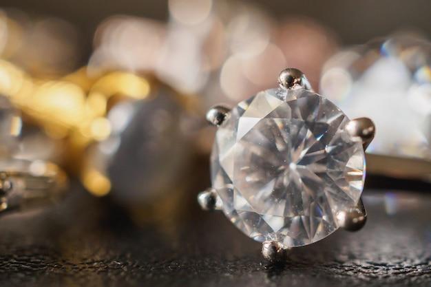 Sieraden diamanten ringen ingesteld op zwart close-up