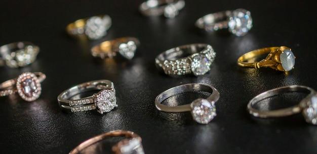 Sieraden diamanten ringen ingesteld op zwarte achtergrond close-up