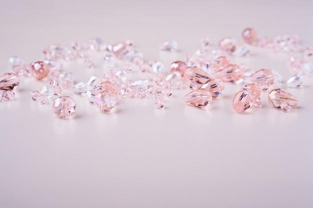 Sieraden edelstenen kralen roze en witte kleuren