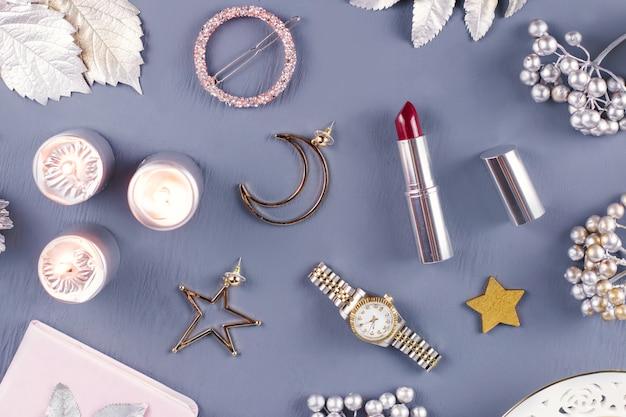 Sieraden en cosmetica met kerstversieringen en ornamenten