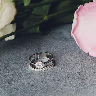 Sieraden gemaakt van zilver en witte steen. agaat armbanden, zilveren ringen en oorbellen op een lichte ondergrond, bovenaanzicht, plat lag, kopie ruimte. dames sieraden op een grijze ondergrond met vrije ruimte voor tekst.