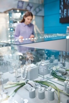 Sieraden in de detailhandel te koop en vrouw winkelen