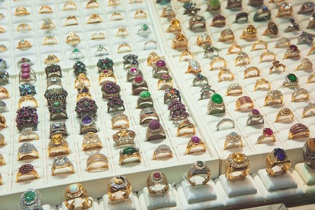 Sieraden in de diamanten ring van de showcase