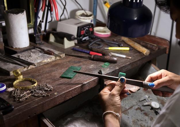 Sieraden maken die werkruimte maken