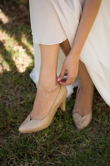 Sieraden op het been van de bruid.