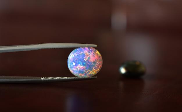 Sieraden opaal is een juweeltje dat prachtige kleuren heeft zeldzaam en duur in de edelsteenklem