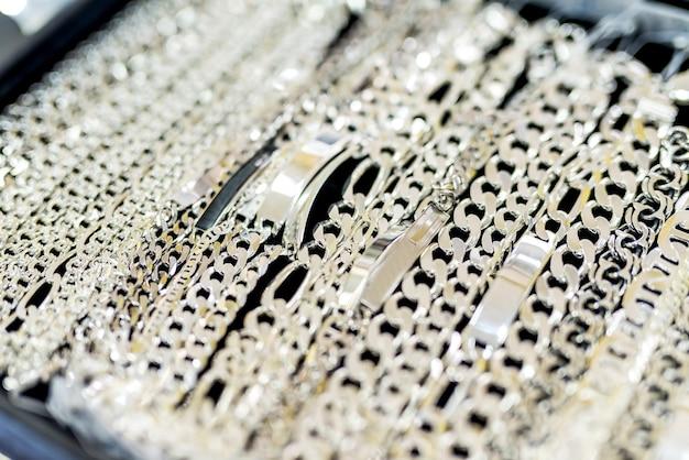 Sieraden showcase met zilveren kettingen close-up