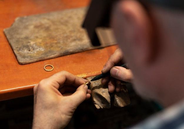 Sieradenmaker werkt alleen in het atelier
