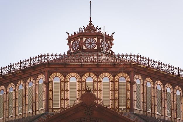 Sierkoepel van de oude markt van sant antoni in barcelona, gebouwd in gietijzeren stijl aan het einde van de 19e eeuw