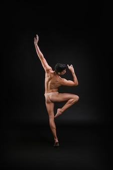 Sierlijke kerel die op één been danst