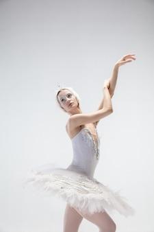 Sierlijke klassieke ballerina dansen geïsoleerd op een witte achtergrond.