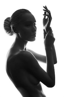 Sierlijke kunst naakt meisje blond erotisch poseren, schone gladde huid, doordachte look van een vrouw