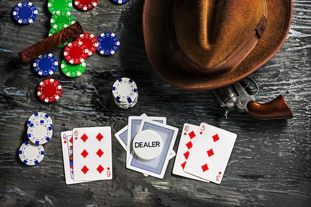Sigaar, chips voor gokken, drinken en speelkaarten