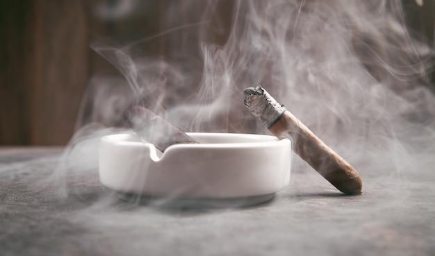 Sigaar en asbak op tafel