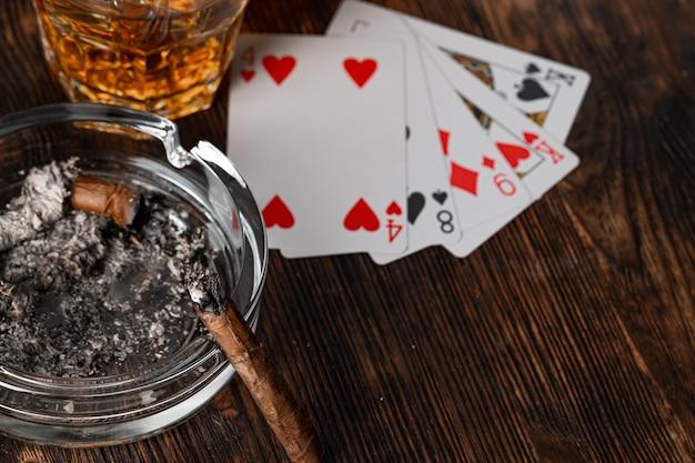 Sigaar en speelkaarten op casinotafel