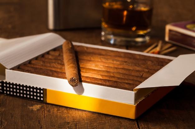Sigaar op oude houten tafel met de beste whisky
