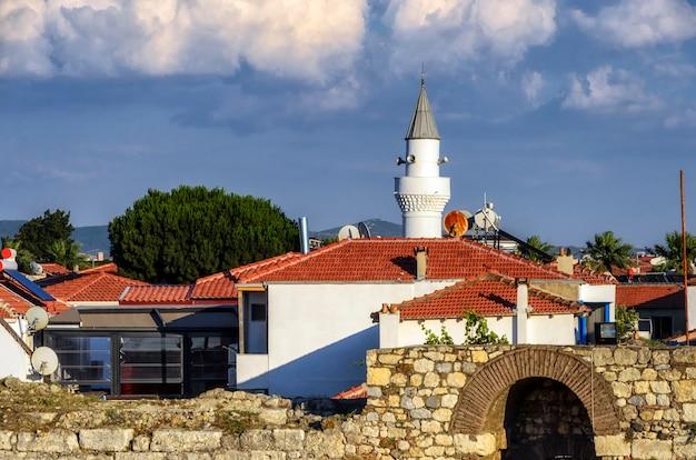 Sigacik uitzicht op de stad vanaf het kasteel. sigacik is een klein historisch dorp in izmir.