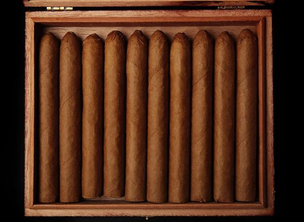 Sigaren in doos op tafel, close-up