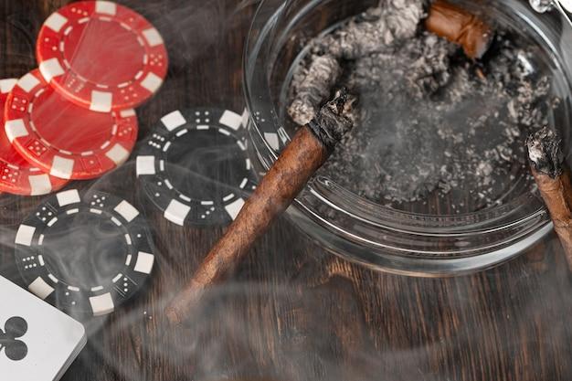 Sigaren in een asbak close-up
