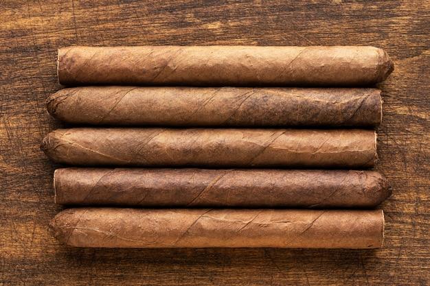 Sigaren op een warme houten tafel