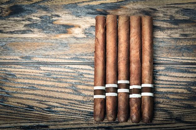 Sigaren op houten tafel