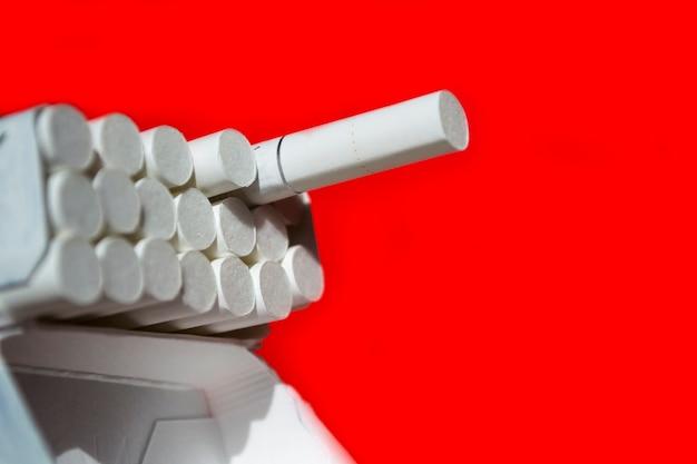 Sigaret in de vorm van een boom afhankelijkheid van roken