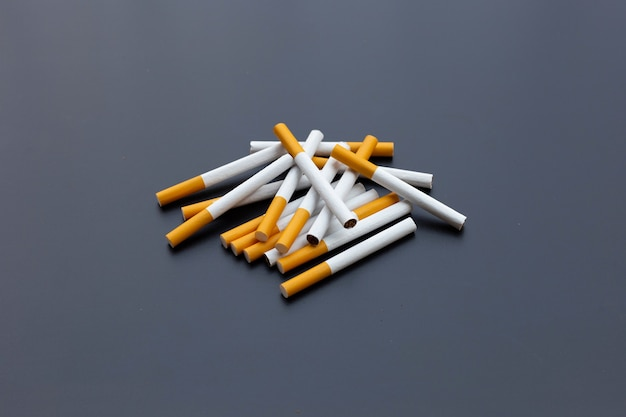 Sigaret op donkere achtergrond. niet roken voor gezondheidsconcept