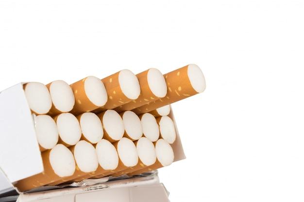 Sigaretpak op wit wordt geïsoleerd dat