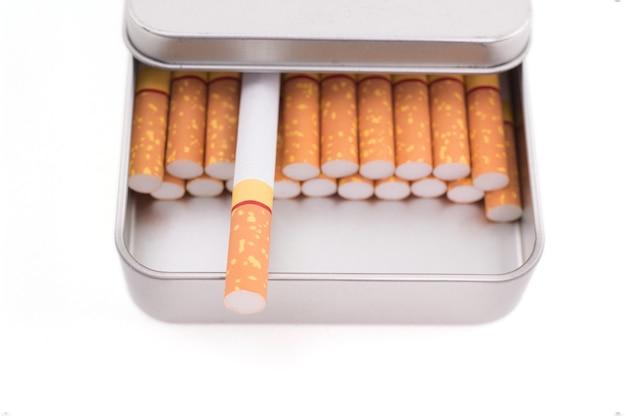 Sigaretten in metalen doos geïsoleerd op een witte achtergrond
