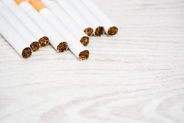 Sigaretten op witte houten tafel. ruimte kopiëren
