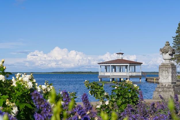Sightseeing van haapsalu. de baltische zee promenade in het centrum van haapsalu, een prachtig uitzicht op de zomer, estland.