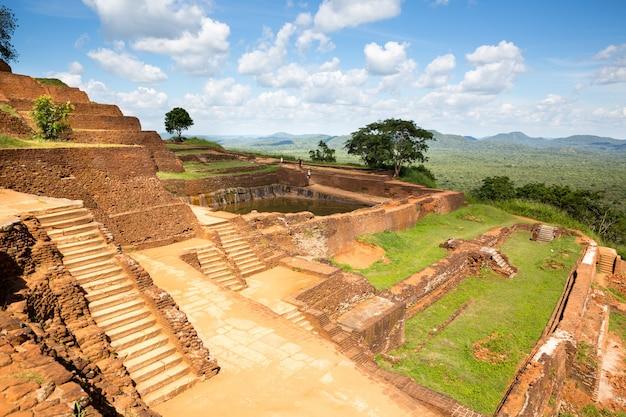 Sigiriya sri lanka, boeddhistische tempel, wereld erfgoed beroemde schilderachtige toeristische plaats. stenen berg. attracties onder bescherming van de unesco