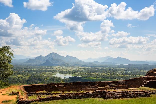 Sigiriya sri lanka, boeddhistische tempelruïnes, wereld erfgoed beroemde schilderachtige toeristische plaats. stenen berg. attracties onder bescherming van de unesco