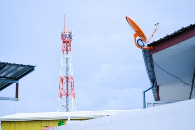 Signaaltorens van 5 g met uitzicht op het dak van het huis