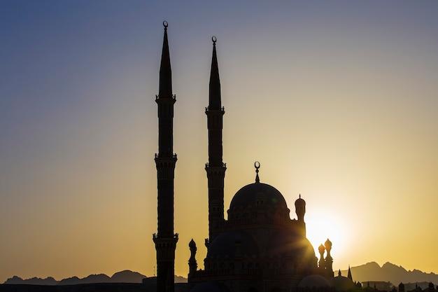 Silhouet al sahaba moskee in zonsondergang tijd in sharm el sheikh, egypte