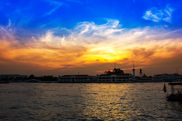 Silhouet chao phraya rivier avond bangkok thailand landschap