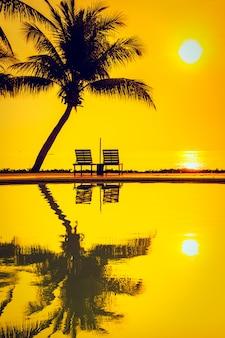Silhouet coconut palmboom met zwembad