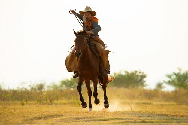 Silhouet cowboy te paard. boerderij