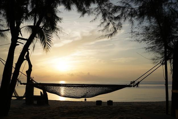 Silhouet de wieg met de prachtige zonsondergang