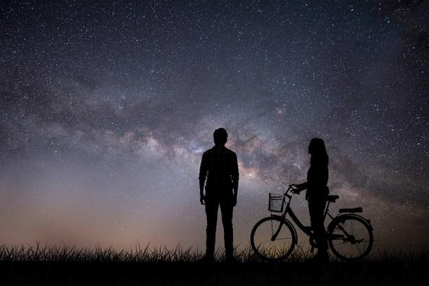 Silhouet jong koppel in liefde geniet van een goede tijd samen tijdens zonsondergang.