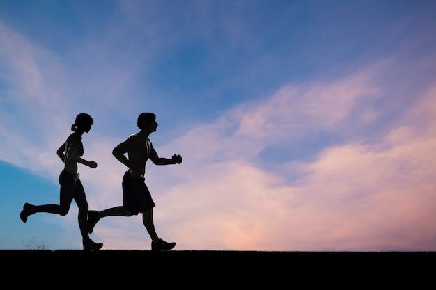 Silhouet man en vrouw die samen rennen