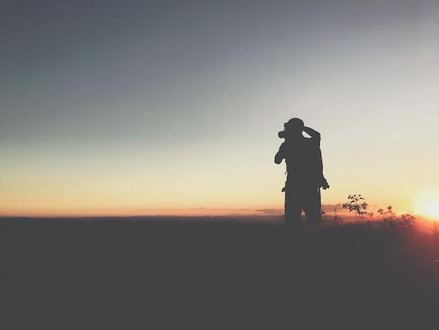 Silhouet man in de berg